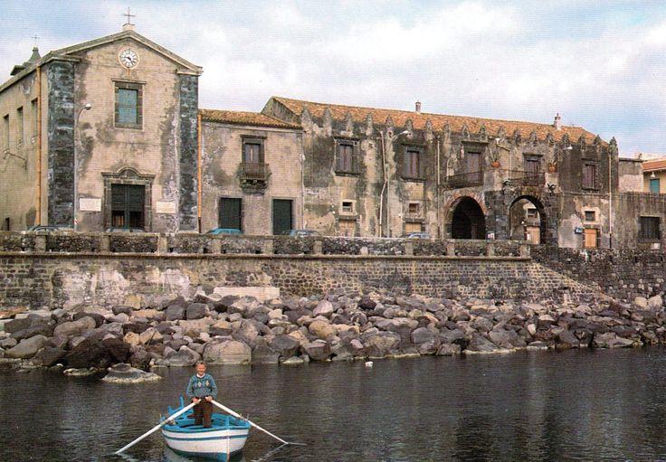 Borghi marinari, centri pescherecci, gole basaltiche... la #Sicilia offre una grande varietà di paesaggi. Ecco cinque spiagge di #pietralavica per un'#estate fuori dal comune.