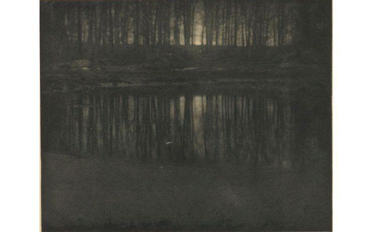 El estanque, traducción del título de la obra, es una fotografía oscura a la que el autor trató de dar luminosidad