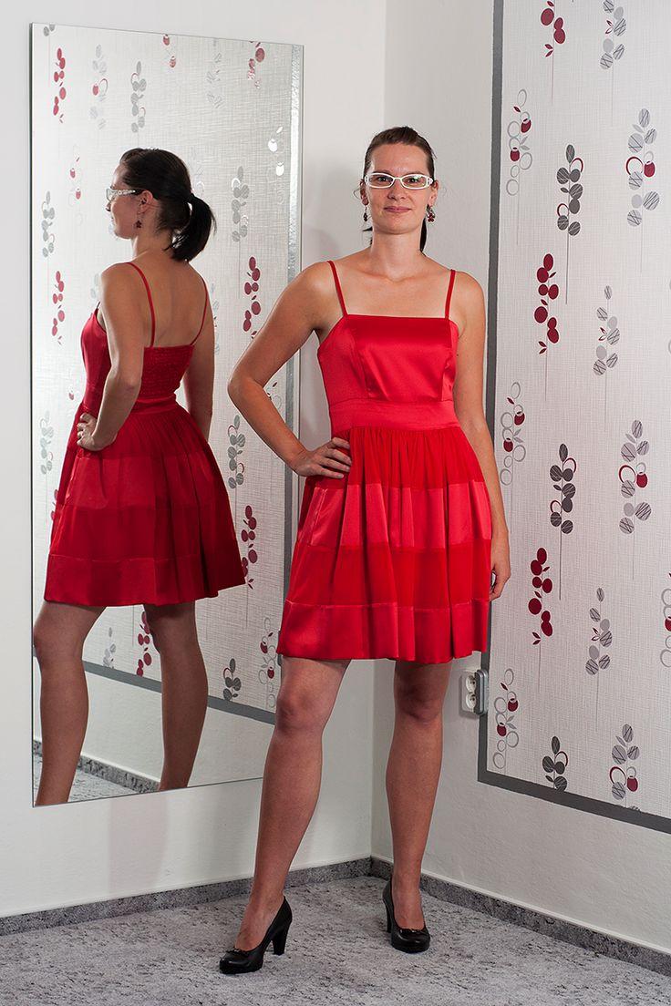 """075. """"Beruščí šaty"""" Krásně červené šaty na ramínka a širokou sukní.  Vel.: 40  Cena: 620,- kč"""