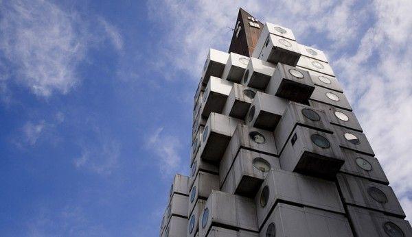 A peculiar Torre Cápsula de Nakagin, em Tóquio (Japão), parece um monocromático Cubo de Rubik abandonado. Estranho por dentro e por fora, o edifício é composto por duas torres interligadas que abrigam 140 apartamentos compactos pré-fabricados, ou cápsulas, como queiram.