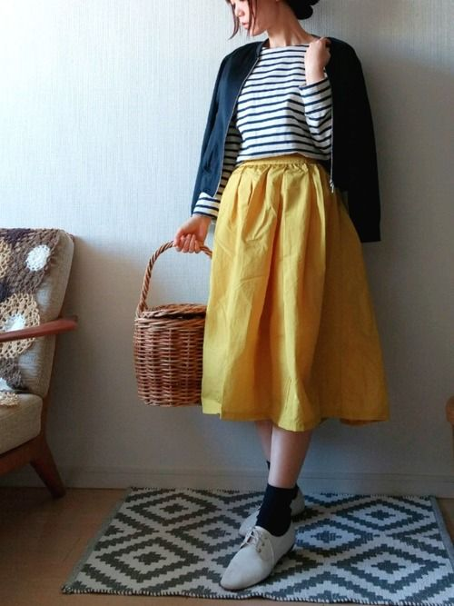 『イエロー × ネイビー』 今週届いた真っ黄色のスカートで 春待ちコーデ はじめてアウター肩掛