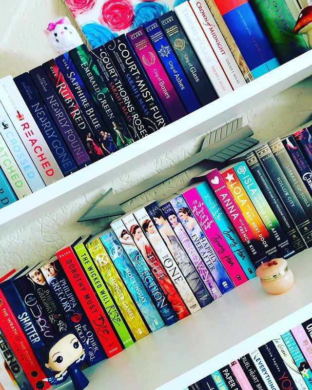 Oh Kasie West what are you doing to me. I want to be locked in a library with a cute boy now too after reading by your side. 😏 #bookworm #shelfie #booklover #bookstagram #ireadya #theselection #annaandthefrenchkiss #toalltheboysivelovedbefore #acourtofthornesandroses #cityofbones #funko