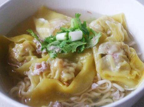 Thaise soep met noedels en wontons (ravioli gevuld met gehakte garnalen)