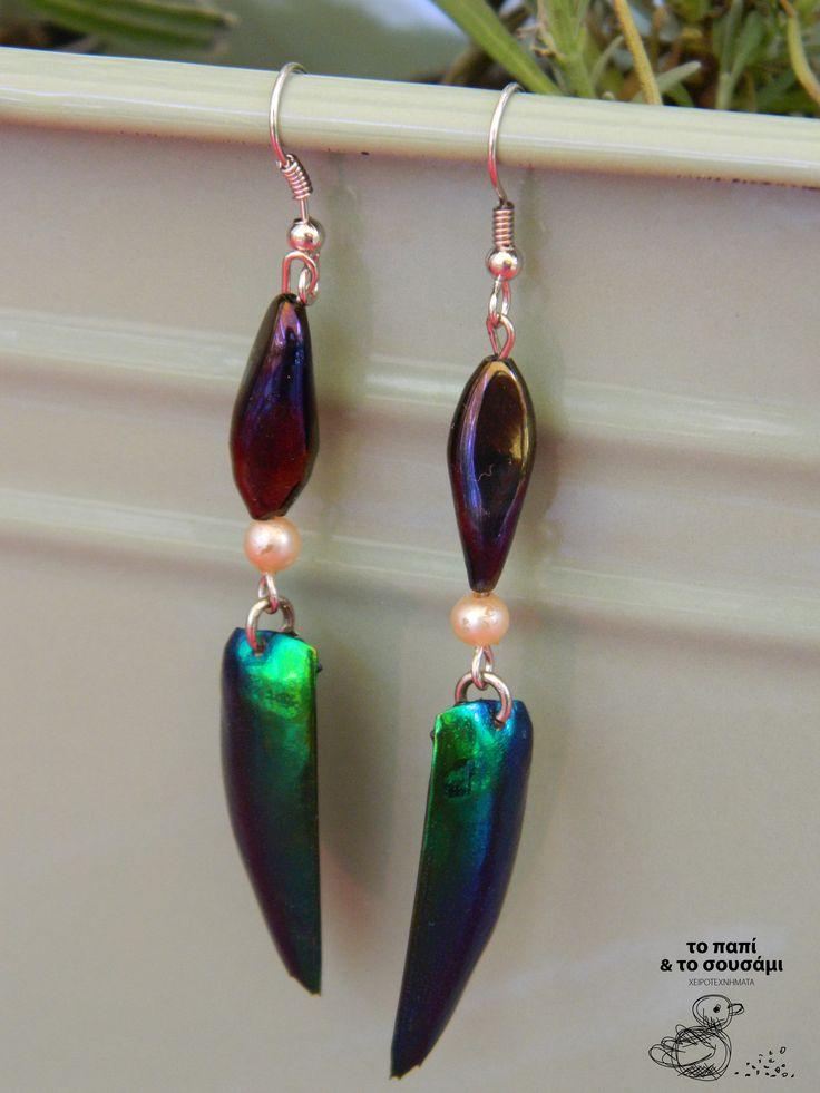 Κρεμαστά σκουλαρίκια με φτερά σκαθαριού, πέρλες και χάντρες ιριδίζουσες. Beetlewings earrings with tiny pearls and iridescent beads. https://www.facebook.com/pages/Handmade-jewels-%CE%A4%CE%BF-%CF%80%CE%B1%CF%80%CE%AF-%CE%BA%CE%B1%CE%B9-%CF%84%CE%BF-%CF%83%CE%BF%CF%85%CF%83%CE%AC%CE%BC%CE%B9-The-duck-and-the-sesame/140254489407435
