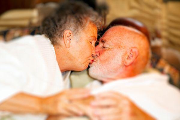 """Club Mon Amour in Haarlem richt zich voortaan ook op een meer bejaardedoelgroep. Ook paren van 75 jaar en ouder zijn er nu welkom voor een spannende avond. John, gastheer en eigenaar van de club: """"Er zijn steeds meer actieve ouderen en die willen wij natuurlijk ook graag trekken. We passen het programma op deze speciale 'Alle tinten grijs'-avonden wel [...]"""