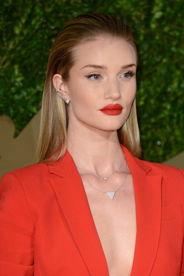 Red Carpet Beauty & Hair 2013: Oscars Emmys Golden Globes (Vogue.com UK)Rosie Huntington-Whiteley wore her hair swept back from her face in a wet-look, streamlined style, further emphasising her dramatic red lips and feline eyeliner flicks.