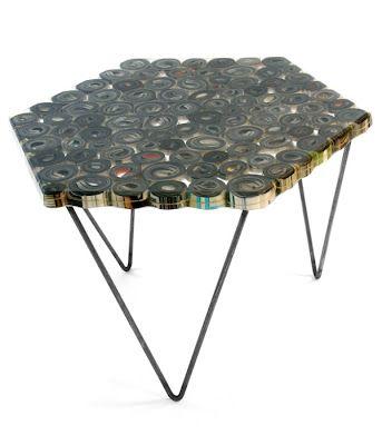Mesa hecha con revistas recicladas