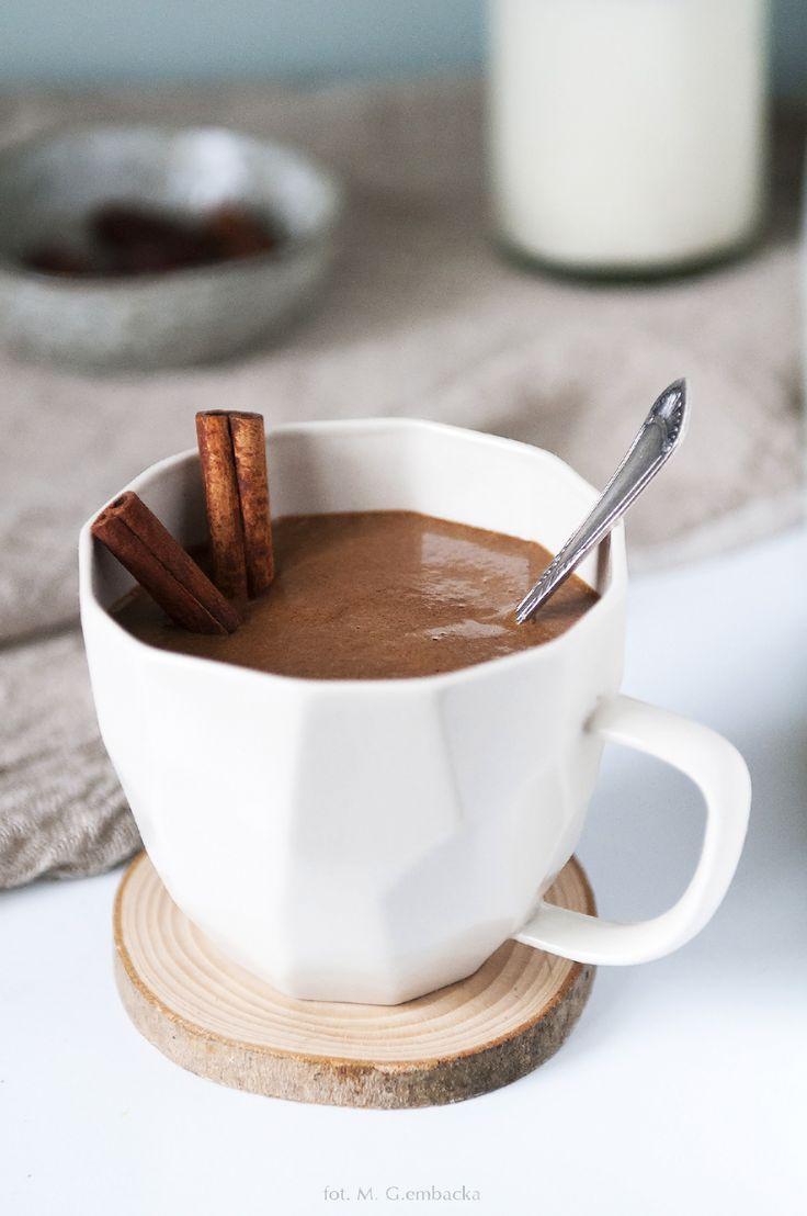 Bardzo lubię gorącą czekoladę albo kakao. Przypominają mi dzieciństwo i poranki, gdy mama budziła mnie rano do szkoły przynosząc kubek gorącego, brązowego napoju. Ależ to było miłe. Naprawdę pomaga...