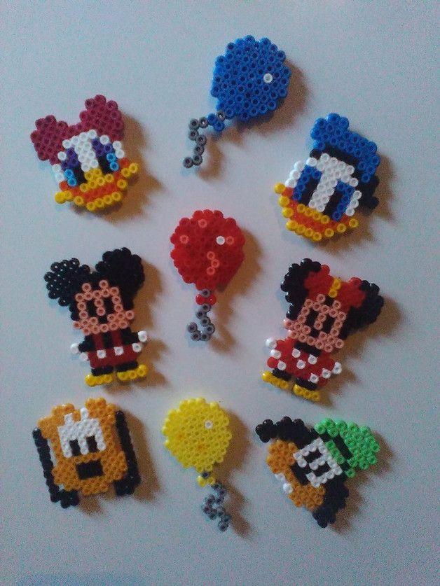 Hier habe ich ein süßes Set Kühlschrankmagnete für euch. Das Thema lautet: Mickey Maus und seine Freunde :) Das Set umfaßt insgesamt 9 Magnete. Handgefertigt aus Bügelperlen und mit jeweis...