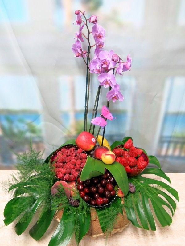 Echa un vistazo a esta original cesta de frutos rojos con una orquídea phalenopsis.