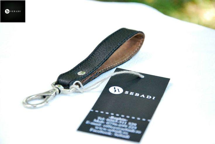 Breloc din piele naturala 1 -negru fildes -catarama metalica argintie -dimensiuni: L=11cm l=1,8cm  PRET: 15 Lei
