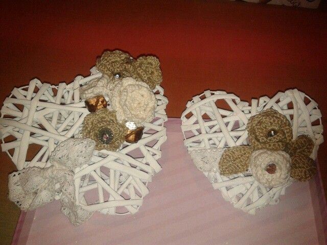 Cuori di cannucce di carta riciclata con fiori lavorati ad uncinetto