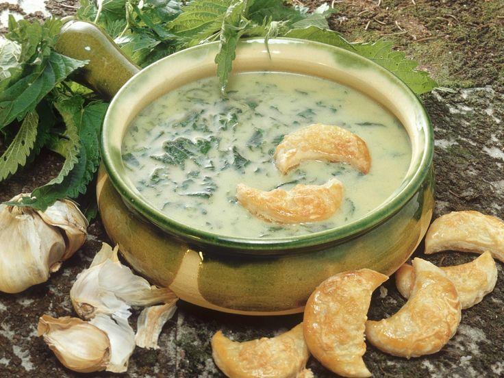 Super-Suppe: Brennnesselsuppe mit Halbmond-Gebäck - smarter - Zeit: 30 Min. | eatsmarter.de