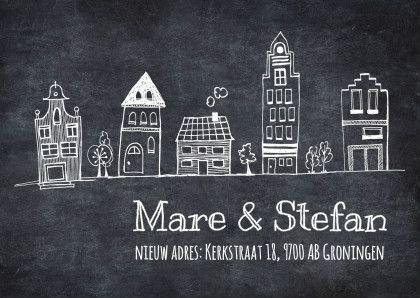 Hippe verhuiskaart in zwartwit met tekening van een rij huisjes op een achtergrondfoto van krijtbord. Pas zelf naam en adres aan. Ontwerp: Revista