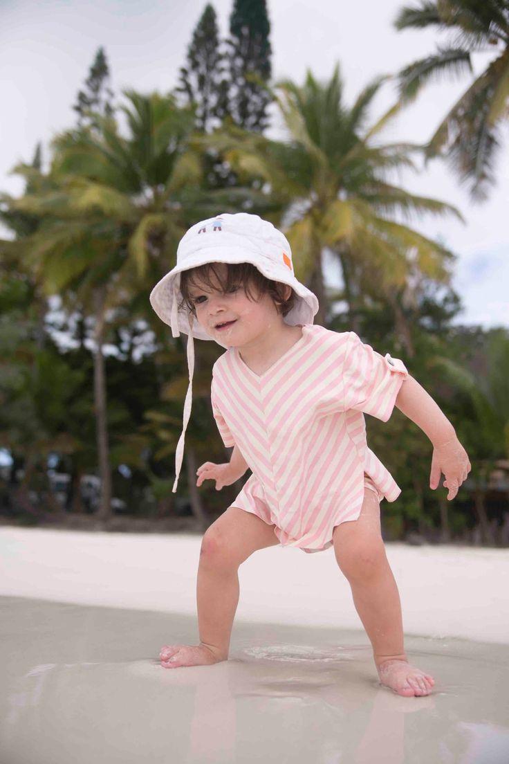 Maillot de bain enfant T-shirt anti-UV Jours après Lunes rayures fraises #joursapreslunes #tropiques #vacnaces #soleil #anti-uv #maillotdebain #enfant #antiuv #plage #t-shirt