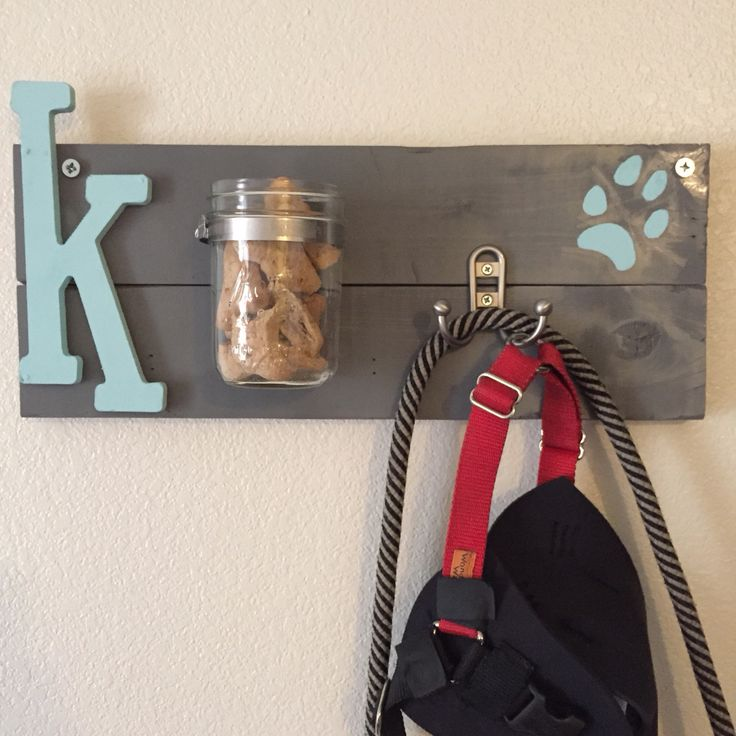Treat & leash holder. I usually don't pin my own DIYs, but wanted to share this with all dog lovers who want to craft for their pooch. #DIY #Dog
