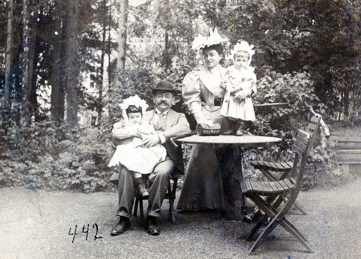 Adolf, Marianne and their children Antschi and Alfred.