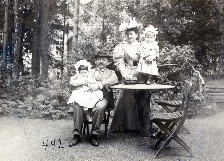Adolf, Marianne and their children Antschi and Alfred.
