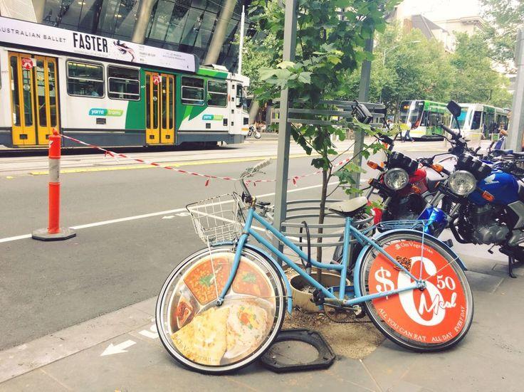 メルボルンでの移動で外せないのが、写真後ろに見える、この街のシンボルでもあるトラム。観光スポットが集中している市内の中心部は、ほとんどが「フリートラムゾーン」として、無料で周遊できるので便利! 加えて、ヘルメットをつけて自転車で移動をしている人も多い。レンタルサイクルを借りて、サイクリングをするのも気持ちよさそう(オーストラリアにはハエがいっぱい飛んでいるので、目や口に入らないように注意!)。