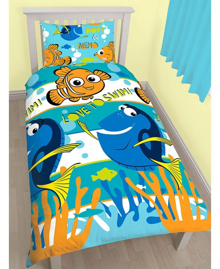This adorable single duvet cover set is a must for any little Finding Nemo fans! One side of the duvet features Dory and Nemo on a blue and white striped background.