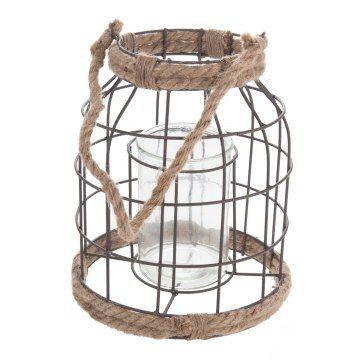 Grote lantaarn met metalen frame. De lantaarn is aan de boven- en onderkant voorzien van een jute touw en jute handvat. In het midden een glazen inzet voor het veilig branden van een kaars. De inzet heeft een doorsnede van 9,5 cm (geschikt voor kaarsen met een doosnede tot 8 cm) en is 14,5 cm hoog.