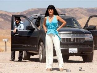 Salma Hayek y el actor Benicio del Toro (atrás) durante una escena de la película