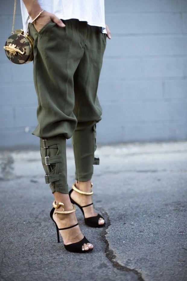 МАССА ВАРИАНТОВ ОБУВИ. Модели обуви в стиле милитари насыщены джинсовыми вставками, разнообразными стильными шнуровками, использованием лакированной кожи и ремешков. Сочетать такую обувь можно с одеждой практически любого стиля. Такое комбинирование создает индивидуальный и дерзкий образ, о котором мечтает множество женщин. Ведь каждая хочет казаться уверенной в себе, смелой и решительной. Стиль милитари как раз дарит такую возможность.