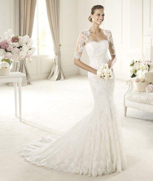 Vestido de novia corte sirena modelo Urda con bolero de encaje y cauda larga - Foto Pronovias