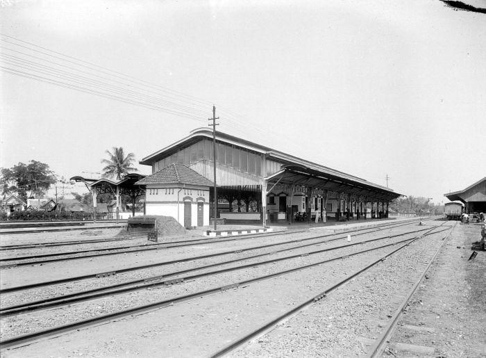 COLLECTIE_TROPENMUSEUM_Station_Poerwosarie_van_de_Nederlandsch-Indische_Spoorweg_Maatschappij_Residentie_Soerakarta_TMnr_10014248.jpg (700×515)