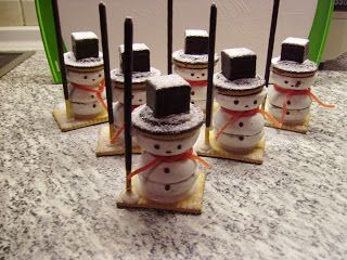 Schneemann - aus Domino-Steinen, Soft Keksen, Pfeffernüssen, Gummischlangen, Butterkeksen, Mikado-Stäbchen und Zuckerguß