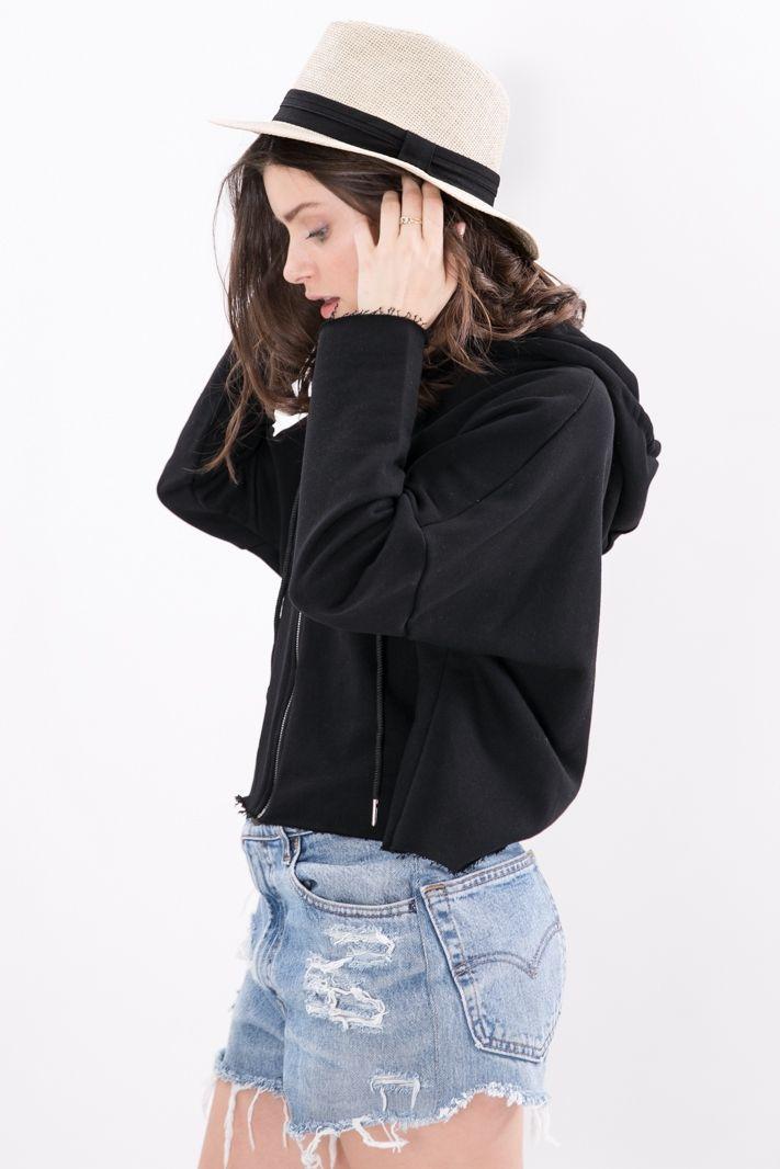 Cappello in fibra naturale intrecciata con fascia di tessuto a contrasto. E' disponibile nella variante colore nero, beige e bianco    #DANI #danishop