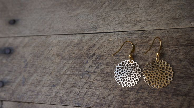 Goudkleurige zonnige oorbellen door Monkssieraden op Etsy