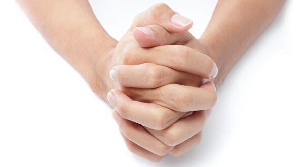 Sepnuté ruce. Který palec máte nahoru? Povaha se dá zjistit za pár sekund