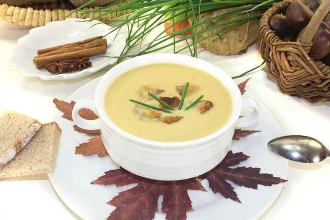 Farklı lezzete sahip bir çorba tarifi denemek ister misiniz? Kestaneli çorba tam da böyle bir tarif.