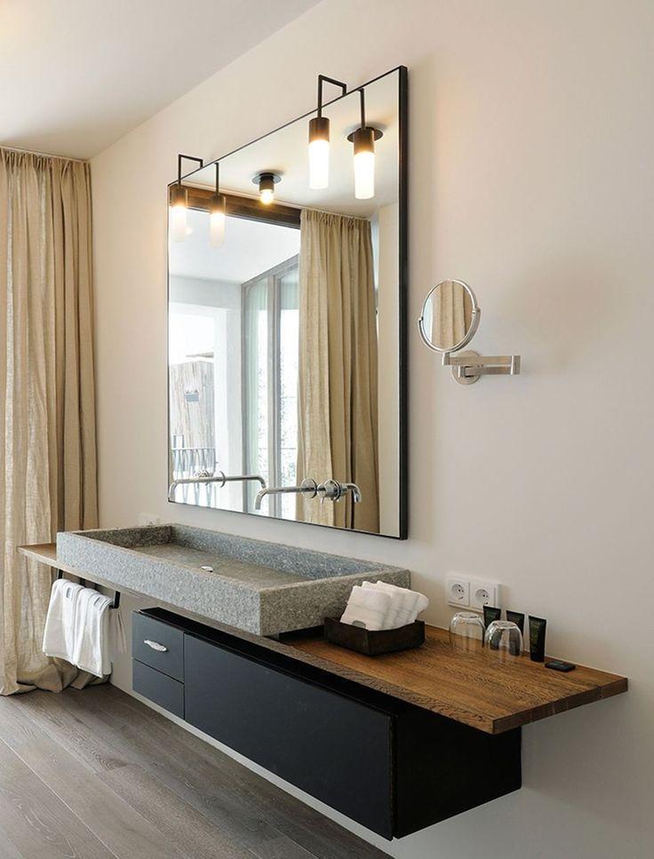 Warmes Badezimmer Interieur mit einer soliden Natu…