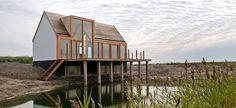 Een huis op Texel: mooie combinatie van materialen (glas, hout, steen) en het ruimtelijke gevoel door het op de gevel door laten lopen van de dakkapel.