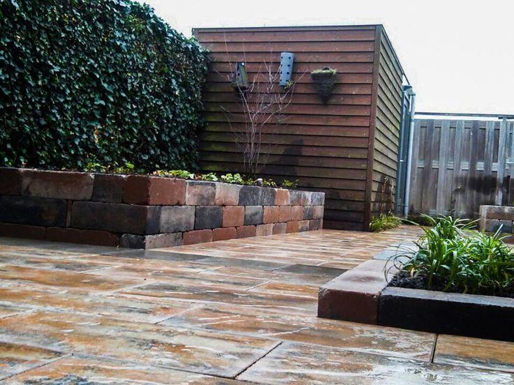 Onderhoudsvriendelijke achtertuin met betonnen stapel elementen