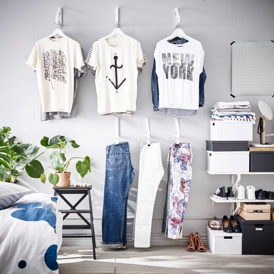 Transformez un mur en penderie avec des consoles et voyez tous vos vêtements d'un seul coup d'œil. Parfait pour faire le tri entre les T-shirts et les jeans.