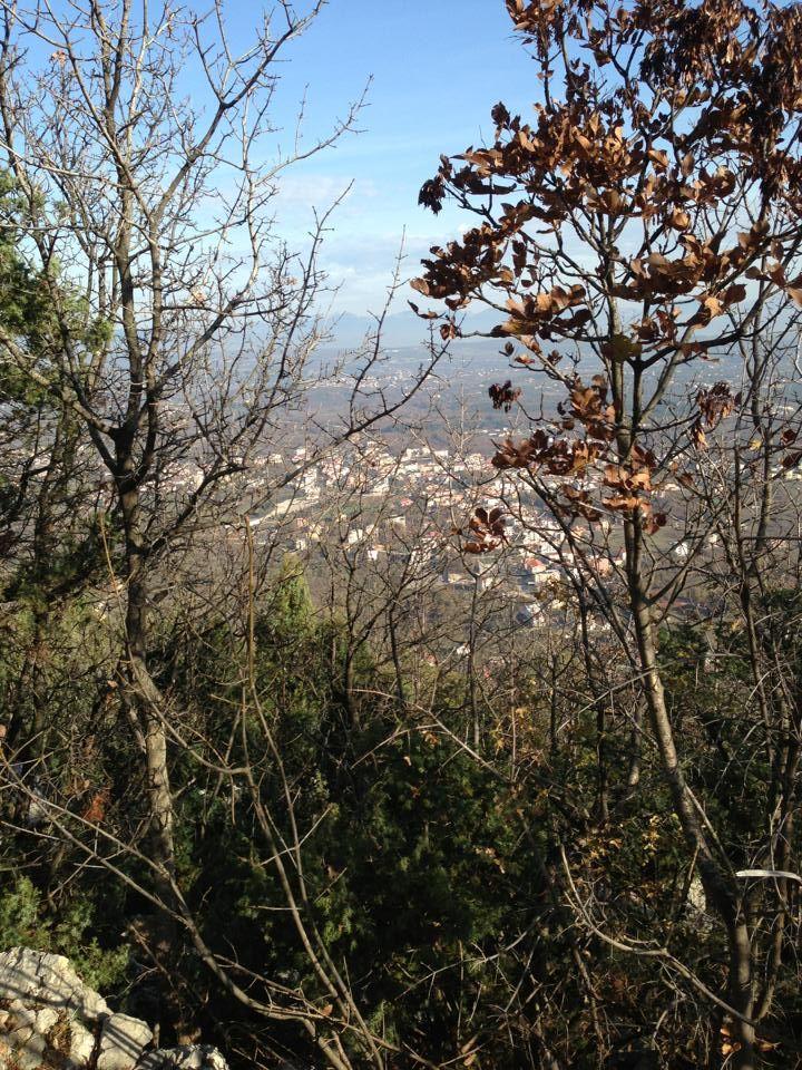 Medjugorje- Man mano che si sale sul monte Križevac, si può ammirare una vista suggestiva dell'intera città.