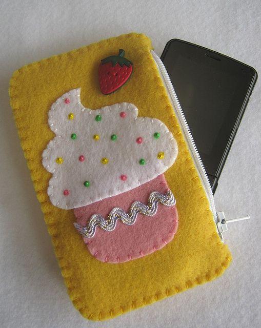 Porta celular com cupcake!!! by Arte & Mimos, via Flickr