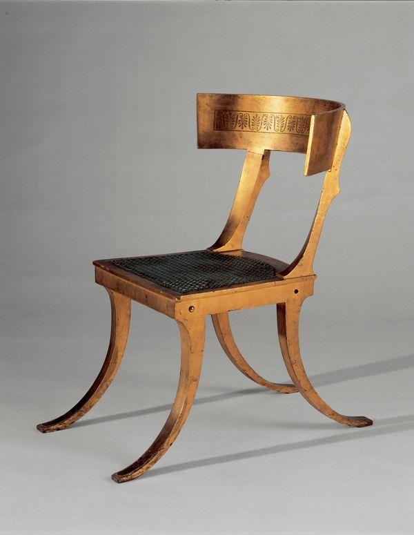 Chaise Klismos (1790) Le klismos est une chaise grecque au dossier courbe. Il est caractérisé par ses pattes en forme très arquées ainsi que son siège d'assise assez basse et profonde.