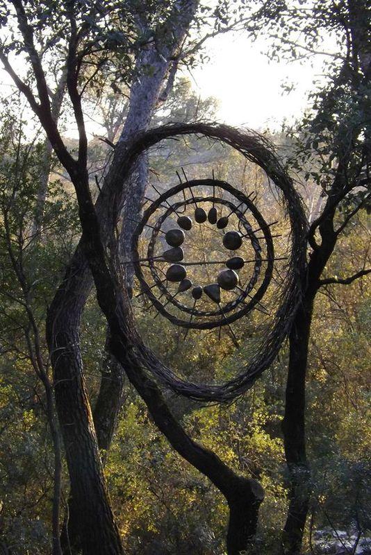 Description: c'est un géant capteur de rêve dans les arbres fait de branches et de brindilles. Appréciation: J'aime le fait que le capteur de rêve soit dans les arbres et en connection avec la nature.