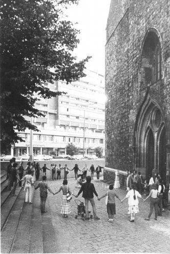 Unerlaubte Menschenkette an der Marienkirche in Ost-Berlin zum Weltfriedenstag am 1. September 1983. Mit dabei: die Frauen für den Frieden. Quelle: Robert-Havemann-Gesellschaft/Ulrike Poppe