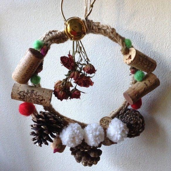 コルクやまつぼっくり、ローズのドライフラワーをあしらったクリスマスリースを作りました。ナチュラルな仕上がりのリースでクリスマスのインテリアとしておすすめです!... ハンドメイド、手作り、手仕事品の通販・販売・購入ならCreema。