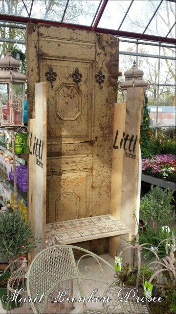 Bankje gemaakt van een oude deur en weggegooid display martiaal.