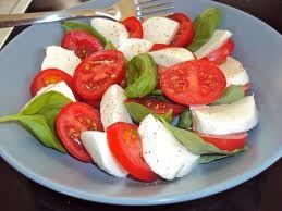 Find vores skønne opskrift på tomat og mozzarellasalat med arganolie-dressing på http://nafema.com/tomat-og-mozzarellasalat-med-arganolie-dressing/