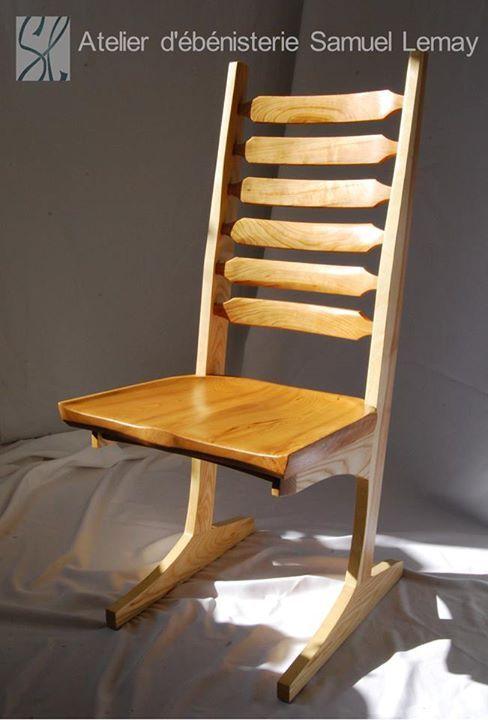Chaise inspirée du style de George NakashimaCette chaise possède une caractéristique unique : elle est fabriquée sur mesure pour une personne qui ne correspond pas aux standards de l'industrie. Cette chaise dessinée avec les principes d'ergonomies pour l'usage courant conserve toute sa versatilité. Je dois dire que ce projet ne m'a pas été de tout repos,  mais les efforts ont portés leurs fruits puisque le confort de l'heureuse propriétaire est au rendez-vous!