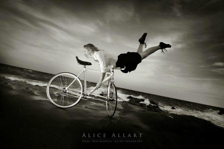 La acróbata ciclista Alice Allart de Francia.