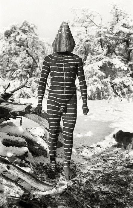 Ulen, el bufón masculino, entretenía al público durante el hain, rito que las mujeres realizaban en una choza de troncos para iniciar a las hijas en la magia, mientras los hombres debían permanecer afuera. Foto: Martín Gusinde