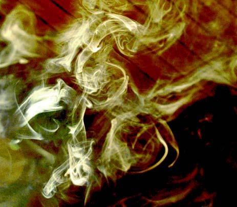 """Røg fra brænde er ikke """"udstødning"""" – det er uforbrændte gasser, som er fulde af energi. Ved fuldkommen forbrænding kommer der stort set kun lidt damp og lys røg op gennem skorstenen. Generatorbilerne under krigen blev netop drevet af gas fra afbrænding af træ."""